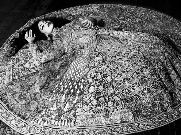 RS09KS06 - Floating in Couture Abu Sandeep