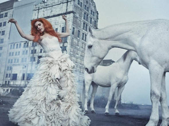 Paloma-Faith-2014-A-Perfect-Contradiction-horses-promo-photo